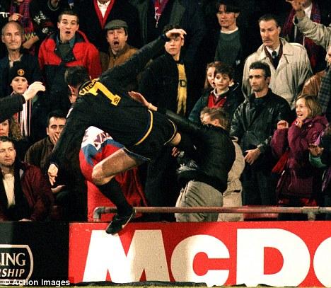 Setan merah terus menegosiasikan kesepakatan dengan dortmund untuk penyerang berusia 21 tahun itu, yang mencetak 50 gol dan 64 assist dalam 137 pertandingan untuk tim jerman. Eric Cantona: Kung-Fu kick was best moment of my career ...
