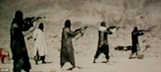 Junte-se à luta: uma linha de homens disparando fuzis AK47 em um vídeo de recrutamento precoce para a Al-Qaeda