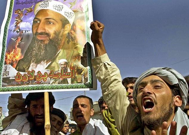 Um herói para alguns: Manifestantes pró-Taliban segurar um cartaz com uma foto de Bin Laden, durante um comício em Quetta, na província de Baluchistan, no Paquistão