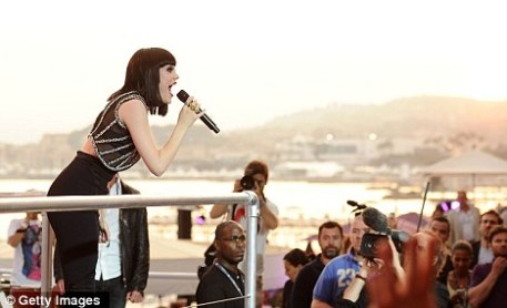 Alfresco gig: Hundreds of fans clambered on Majestic Beach to watch Jessie in action