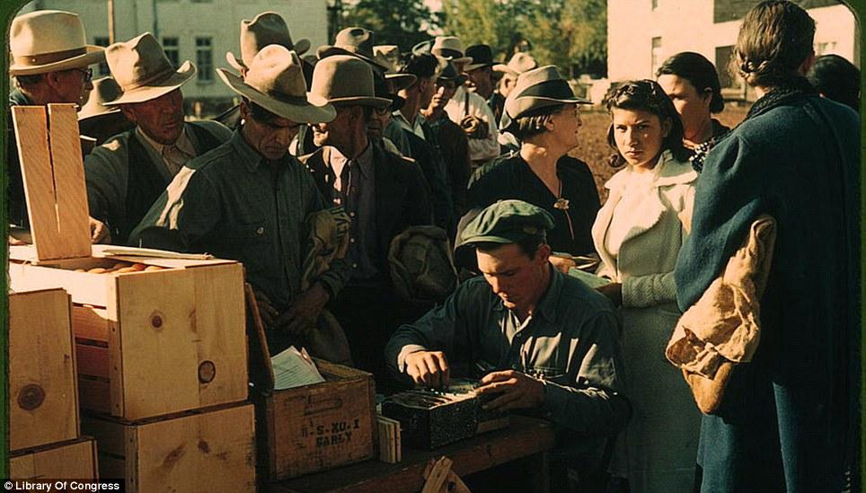 Distributing surplus commodities in St Johns, Arizona, October 1940