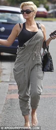 Vous sentez-vous plus habile? Kerry portait une salopette kaki et souriait à la caméra