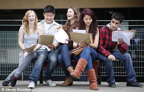 Algo que celebrar: Megan, a la izquierda, Miguel, Martha, y Shagayegh Sharukh en Mossbourne Academia celebra los resultados de ayer