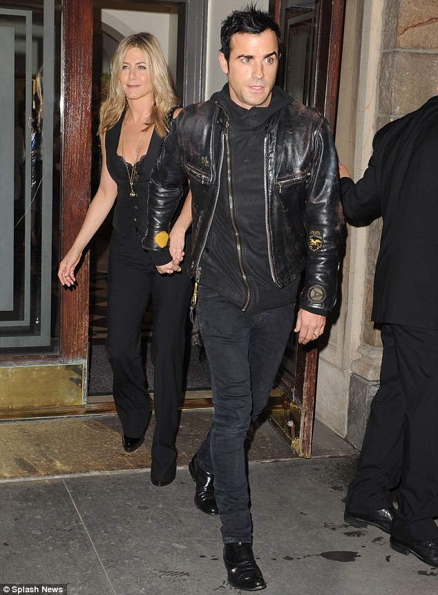 Jennifer Anistons Boyfriend Justin Theroux Shows Off A