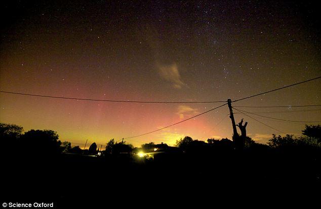 Camino a la luz: La aurora en Ludgershall en Buckinghamshire ayer por la noche