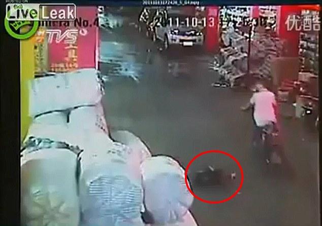 Apatía: El motociclista sólo se desvió alrededor de la niña arrugó y siguió su camino