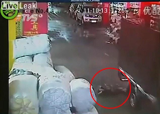 Horrible: Yuem Yue se encuentra gravemente herido en el suelo después de haber sido atropellado por una furgoneta en la ciudad de Foshan, Guangdong, China