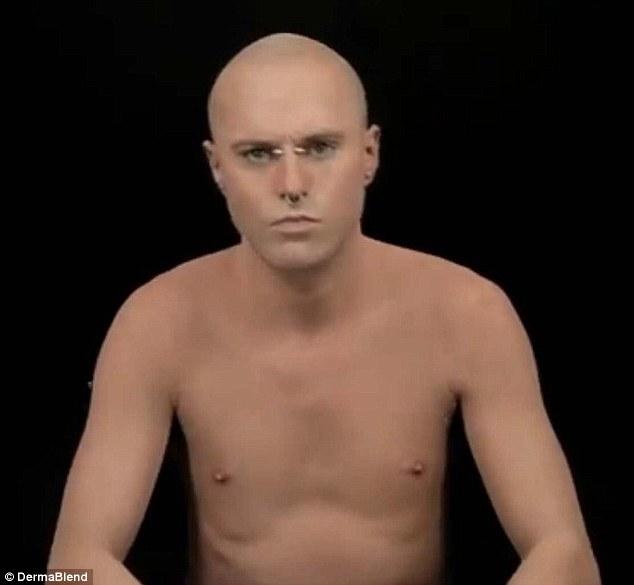 Impecable: Ricky-Genest-también conocidas como estrellas Chico Zombie en una campaña de un nuevo vídeo de Dermablend corrector