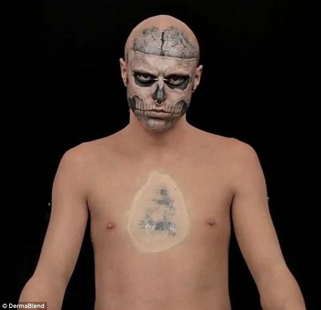Esqueléticos: Genest tuvo su primer tatuaje cuando tenía 16 años y está totalmente cubierta en el arte del cuerpo de cintura para arriba