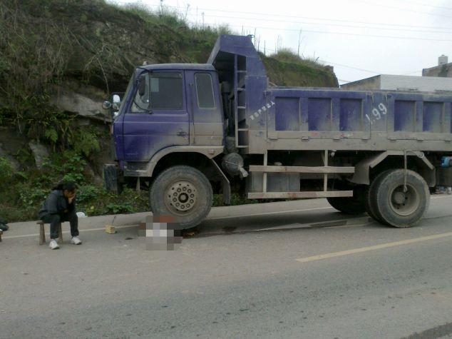 Fatal: la madre de Maoke Xiong se sienta al lado del camión que mató a sus cinco años de edad, hijo