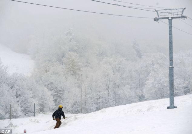 Tormenta de nieve: Un trabajador luchas a través de enormes cantidades de nieve en Vermont, donde se espera otra tormenta en la noche del sábado