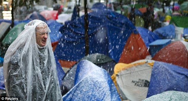Desbaste: las bajas temperaturas fuera de estación, así como la nieve y la lluvia está haciendo que las protestas difícil para los involucrados en el movimiento de la calle Ocupar pared