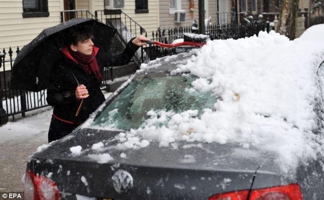 Limpie: Emily Andeasini, de Brooklyn, Nueva York, limpia la nieve de su coche
