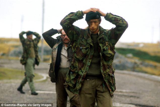 Los soldados británicos se vieron obligados a rendirse a los argentinos en Puerto Stanley en 1982
