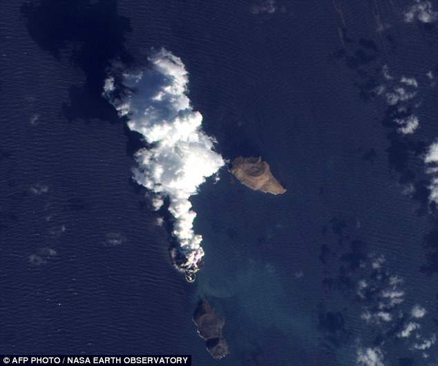 After: The The Advanced Land Imager (ALI) on NASA¿s Earth Observing-1 (EO-1) satellite captures what appears to be a plume of smoke from a new island