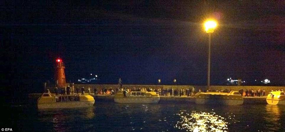 Fonctionnement: Les bateaux de sauvetage de l'bloqués navire de croisière Costa Concordia arrivent dans le port