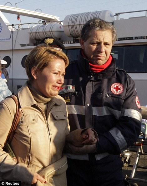 Les secouristes aider une femme à Porto Santo Stefano