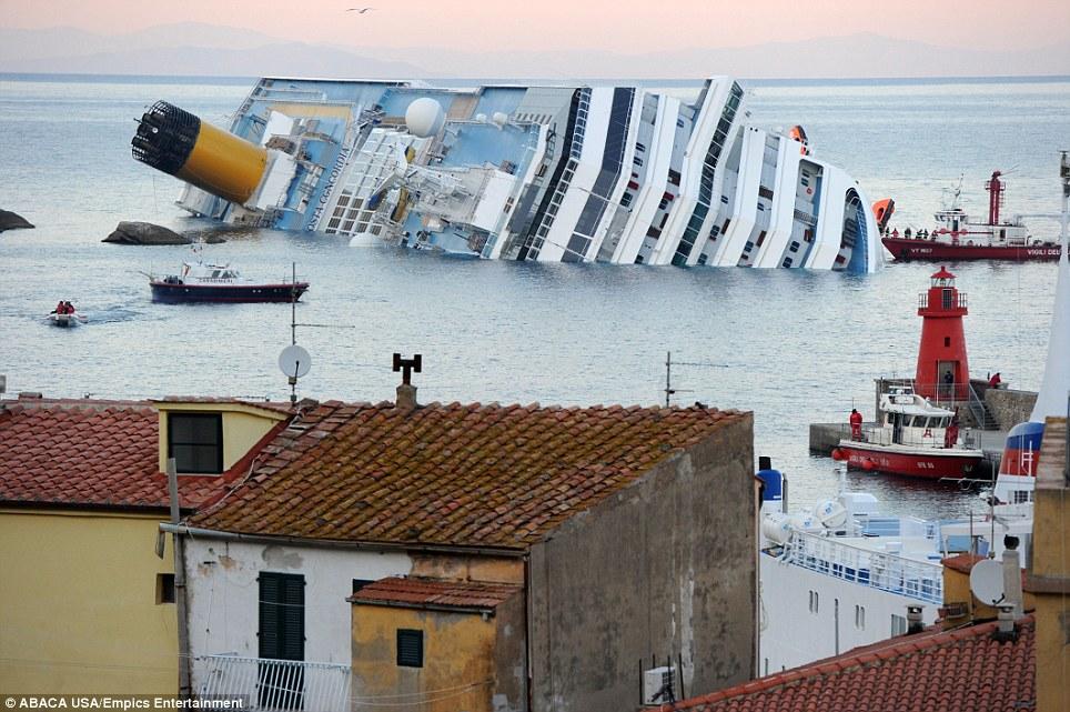 Bateau de croisière italien «Costa Concordia» transportant plus de 4.000 personnes s'est échoué et carénée plus large de la côte italienne à proximité de l'île de Giglio, en Toscane, en Italie, la nuit dernière