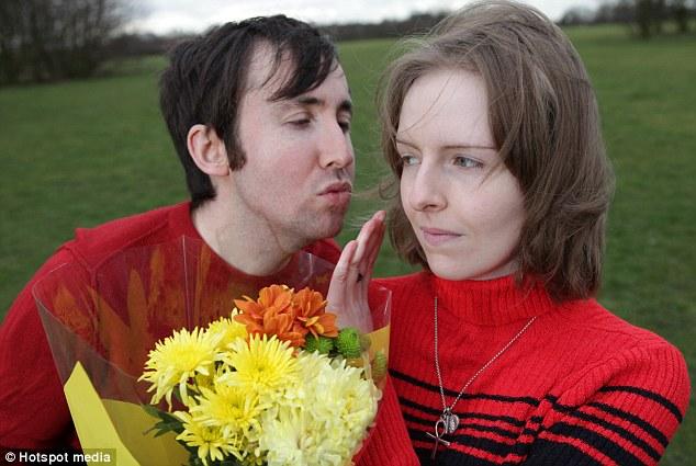 Eu só vou tomar as flores: Pobre Rachel príncipe não pode sequer beijar seu noivo Lee Warwick, devido a uma alergia rara de água