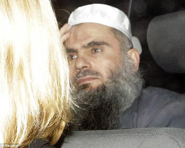 Liberado bajo fianza: El odio predicador Abu Qatada es liberado de la prisión de Long Lartin bajo el amparo de la oscuridad.  Le costará £ 10,000 por semana para mantenerlo a salvo