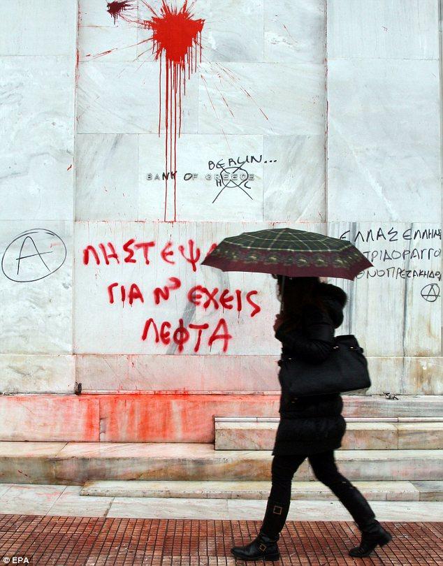 Garabateado: Graffiti en la sede del Banco de Grecia en Atenas lo llama el Banco de Berlín, en referencia a la creencia de que Alemania se encuentra ahora en el control del país