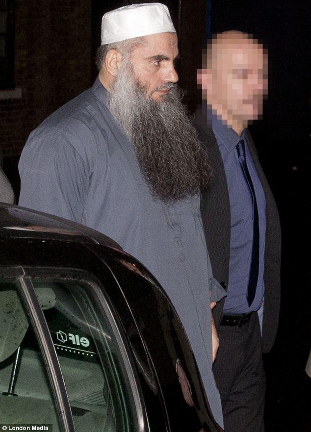 Abu Qatada llegar a su nuevo hogar, rodeado por la policía y acompañado a su puerta después de haber sido liberado bajo fianza