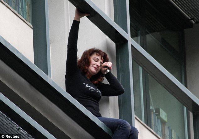 Dramático: Lambrousi Harikleia hoy amenazó con suicidarse desde el segundo piso del edificio de Viviendas Sociales del Trabajo, que se ha destinado para el cierre