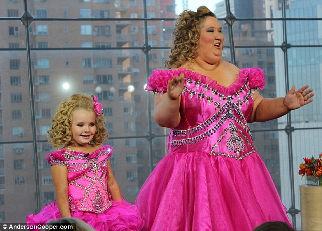 Look at mummy! Honey Boo Boo Child, aka Alana, looks very pleased to see her mom in the hot pink outfit