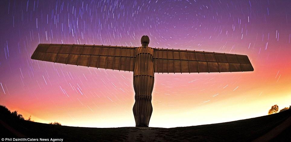 Porque un ángel: Phil Daintith captura estrellas giran sobre el Ángel del Norte en Gateshead, Tyne and Wear