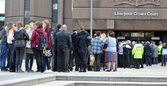 Una alerta de bomba en el Liverpool Tribunal de la Corona presentó una demanda a su fin durante el juicio de los once hombres acusados de aseo los niños pequeños