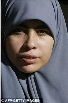 Cubierta: Una mujer se le permite tener su hijab fuera en una habitación privada en aeropuertos del Reino Unido