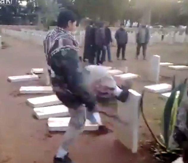 Sin sentido: Un hombre patea hacia abajo lápidas de soldados