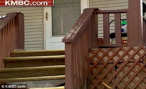 Atacado en su casa: El brutal asalto ocurrió aquí en el porche del muchacho cuando llegaba a casa del colegio