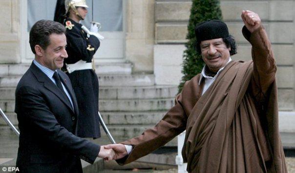 Betrayal: Aber letztlich Nicolas Sarkozy (links) machte auf Oberst Gaddafi (rechts) als Französisch-Jets waren die ersten, Libyen angreifen