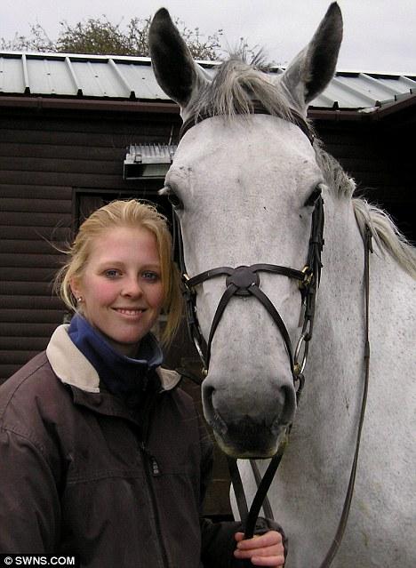 Bond: Emma Smith, de 23 años, perdió a su año de duración, lucha contra la leucemia apenas un día después de que su amado caballo lavanda murió de una rara forma de cólico