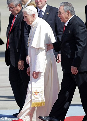 Pope Benedict XVI (L) and Cuba's President Raul Castro