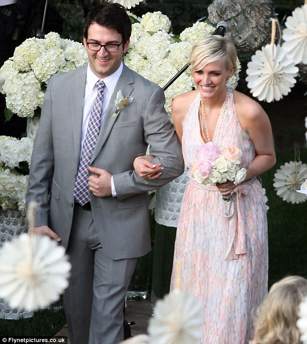 Jessica Simpson upstages the bride as she and sister Ashlee act as her maids  Daily Mail Online