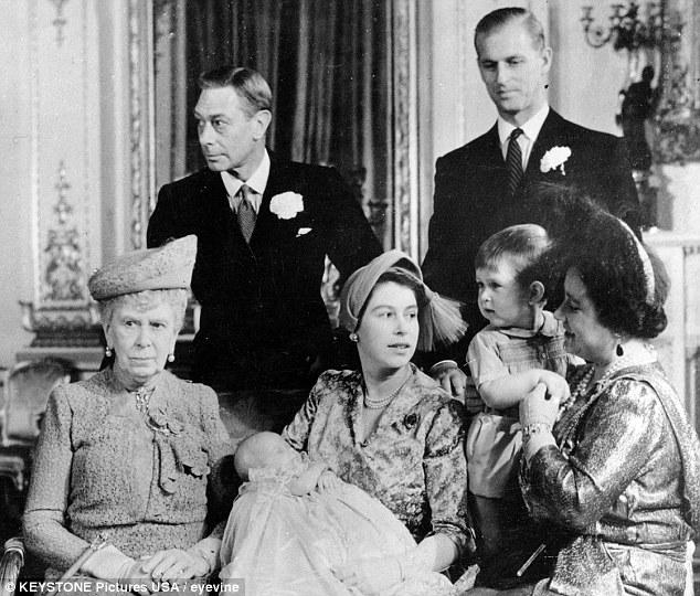 Los miembros de la familia real después de que el bautismo de la princesa Ana