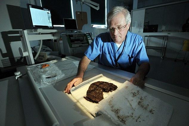 La excavación, coordinado por la Autoridad del Parque Nacional de Dartmoor, descubrió la colección de la Edad del Bronce temprana permanece en una cista funeraria - un cofre de piedra que contenía las cenizas y pertenencias de una persona muerta - en la colina de Whitehorse año pasado