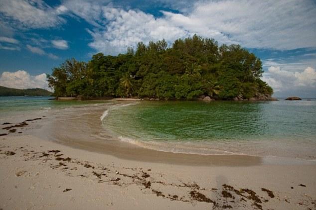Disfarce Natural: Cercado por coral de proteção recife, Moyenne parece selvagem e desabitado