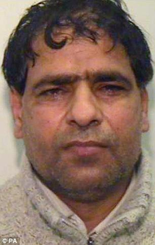 Cortesía sin fecha emitido por la Policía de Manchester de Gran taxista Abdul Aziz, de 41 años, de quien ha sido declarado culpable de conspiración y tráfico con fines de explotación sexual