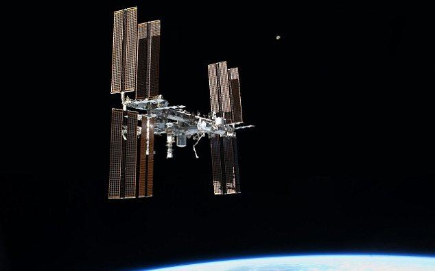 2012 DA14 pasará tan cerca que los astrónomos serán capaces de observar con un telescopio, pero a pesar de que los satélites podrían estar en peligro, la Estación Espacial Internacional no es