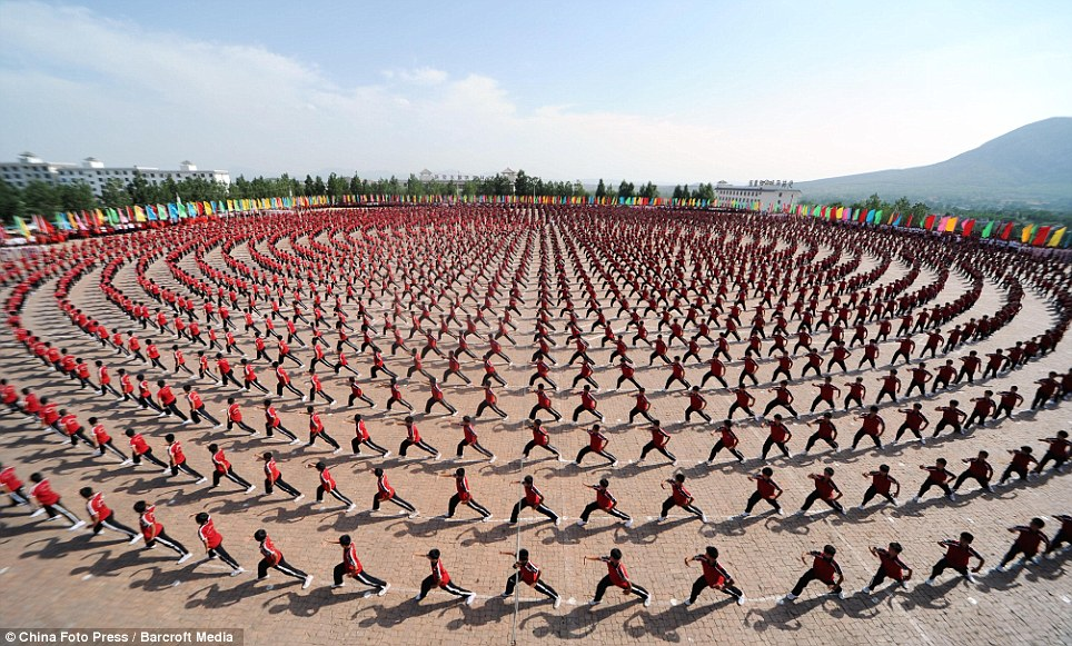 Sincronizado nadadores, eat your heart out: Miles de estudiantes toman parte en un despliegue impresionante de kung fu en la coreografía de la escuela de artes marciales Tagou en China