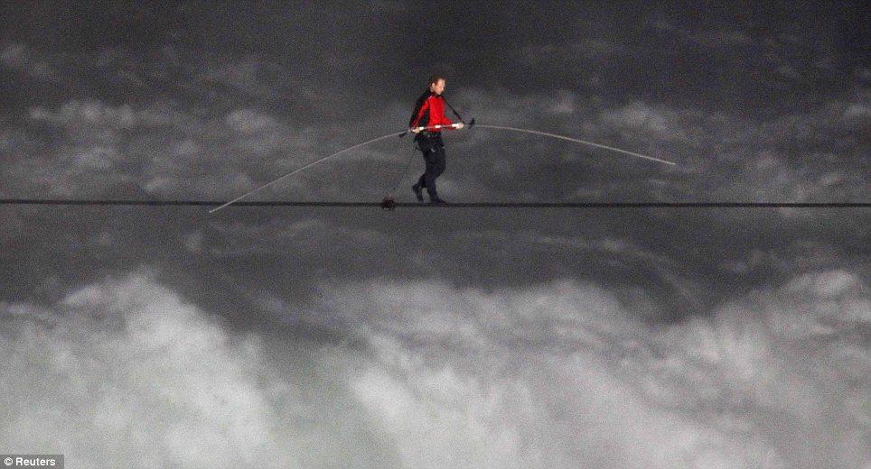 Niagara Falls tightrope walk 2012 Walker Nik Wallenda