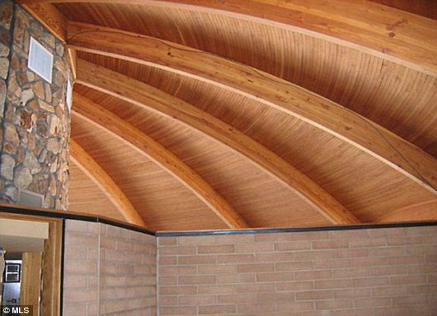 Popular en los años 60: La madera en tonos de naranja del techo delata la edad de la propiedad
