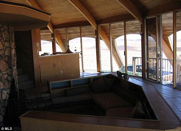 Panorámica: Hay de piso a techo ventanas debajo de la cúpula, mostrando vistas de 360 grados del desierto