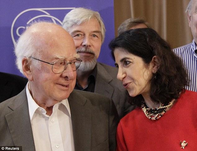 El físico británico Peter Higgs (L), habla con Fabiola Gianotti, portavoz de ATLAS experimento, junto al director general del CERN, Rolf Heuer, después de la conferencia de prensa