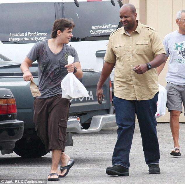 De bom humor: Prince riu com a sua segurança, enquanto caminhavam para seu carro