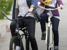 Jamie Bell rides to the rescue and fixes Evan Rachel Wood's bike | Daily Mail Online