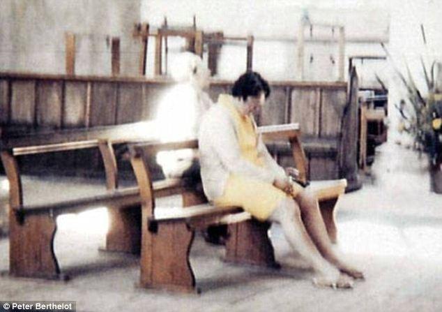 Diane et Pierre Berthelot visité Worstead Eglise, dans le Norfolk en 1975.  Peter pris une photo de sa femme priant silencieusement dans le banc.  Ils ne se rendent pas compte que plus tard qu'elle n'était pas le seul